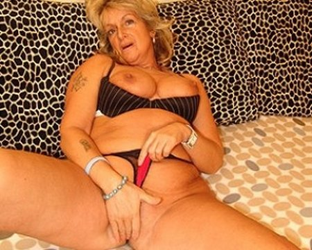 Sexy Granny Fingering Her Pussy30920